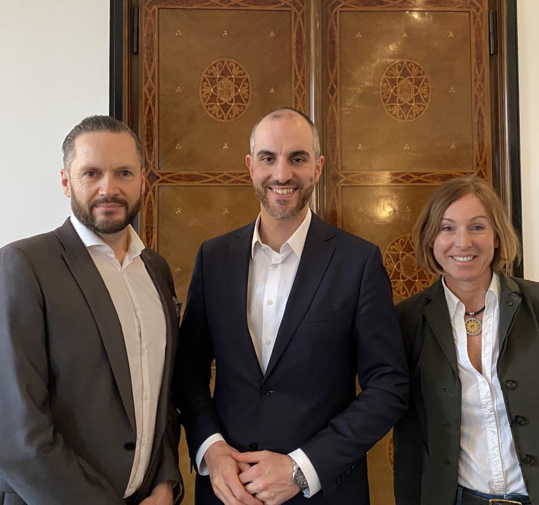 V.l.n.r.: 2. Vorsitzender Erik von Hoerschelmann, Oberbürgermeister Belit Onay, Vereinsgründerin und 1. Vorsitzende Dr. Stefanie Holm